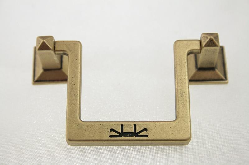 Uchwyt meblowy UR0605, 64mm, stare złoto, gamet